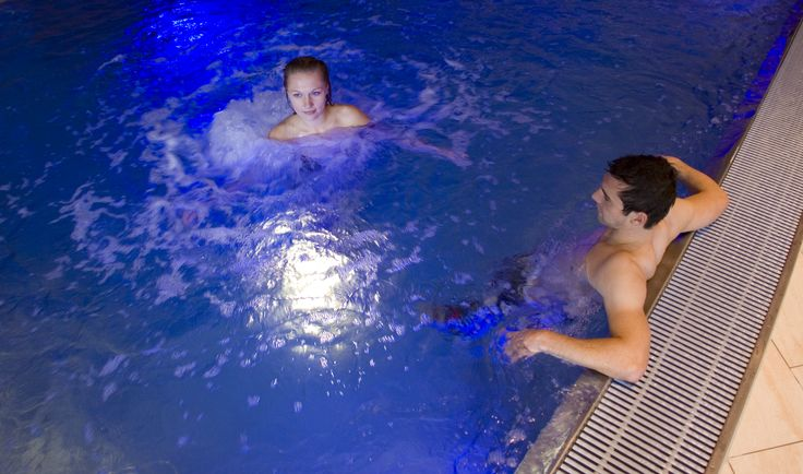 Relaxen im Pool unseres Hotels in Tirol.