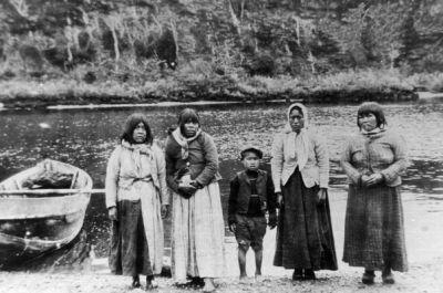 Mujeres Kawaskar Mina Cutter Cove. 1907