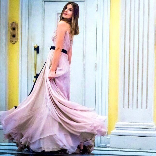Pega Pega: Camila Queiroz usa vestido fluido para aniversário de Luiza