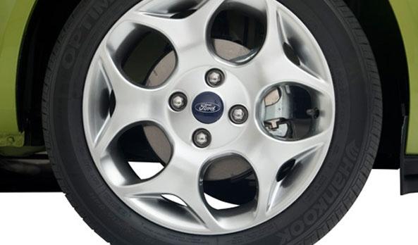 """Fiesta 2013 ofrece rines de 15"""" de acero con tapones en la versión S de 4 puertas, rines de aluminio de 15"""" en las versiones SE Hatch y Sedán y rines de aluminio de 16"""" en la versión SES. #FordFiesta2013"""