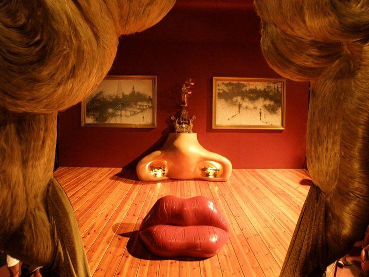 Комната Мэй Уэст в музее Дали в Фирегасе