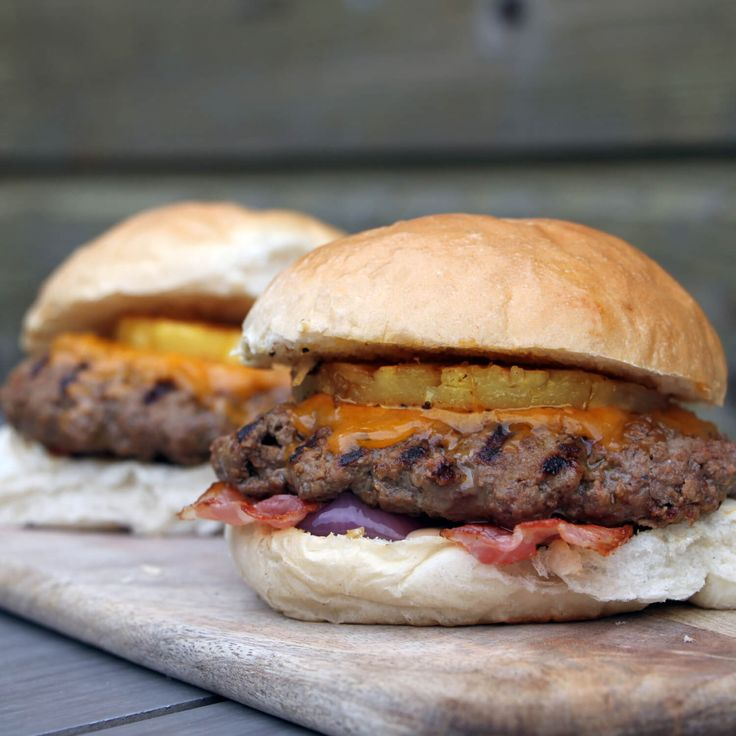 Dit hamburger recept voor teriyaki ananas burgers, bevat bacon, cheddar, gegrilde ananas en heerlijk rundvlees! Prima start van het weekend dus!