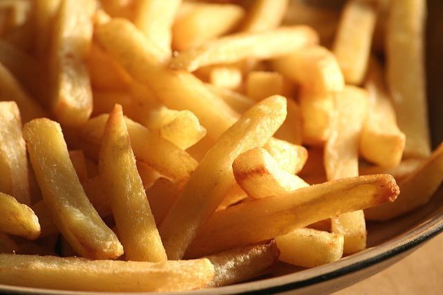 In Food Science, Dave McCowan from the University Of Chicago's Department Of Physics answers our confounding questions about the mysterious world of food.Those fries you picked up last night on the way home from the bar hit the spot—golden, crispy outsides and fluffy, soft insides. But the leftovers