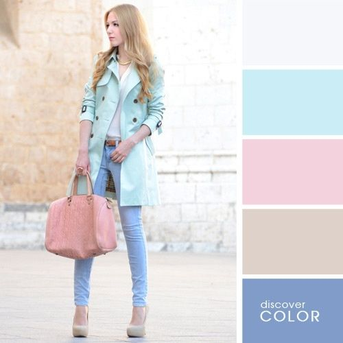 Chica usando un pantalón de color azul con una blusa blanca y una chaqueta de color azul celeste mientras sostiene una bolsa de color rosa