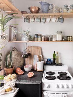 Heimische Küche mit rustikalem DIY-Flair. Offene Regale, Gläser, Pflanzen, kleine Küche