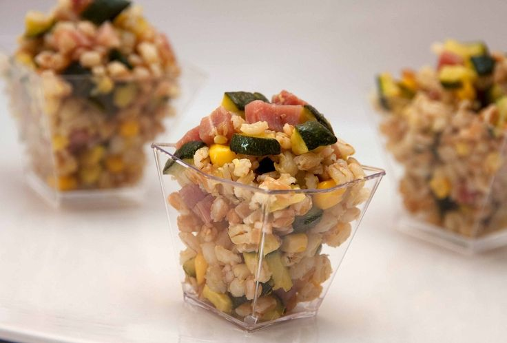 """Oggi nuova ricetta sfiziosa """"Insalata di Farro zucchine e speck"""", perfetta per il nostro vino """"GREZZO DI VIGNA"""". http://www.jo-le.eu/prodotti/grezzo-di-vigna-bianco-brio-igp/ Vi auguriamo una bellissima serata!  Ingredienti per 2 porzioni di Insalata di Farro zucchine e speck o150 gr farro o50 gr speck tagliato a dadini o200 gr zucchine o3 cucchiai di mais in scatola ocurcuma (facoltativo) ozenzero in polvere (facoltativo) oolio extra vergine d'oliva q.b"""