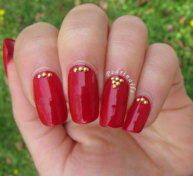 Red nails with golden half nail studs placement - photo © Pedrìnails