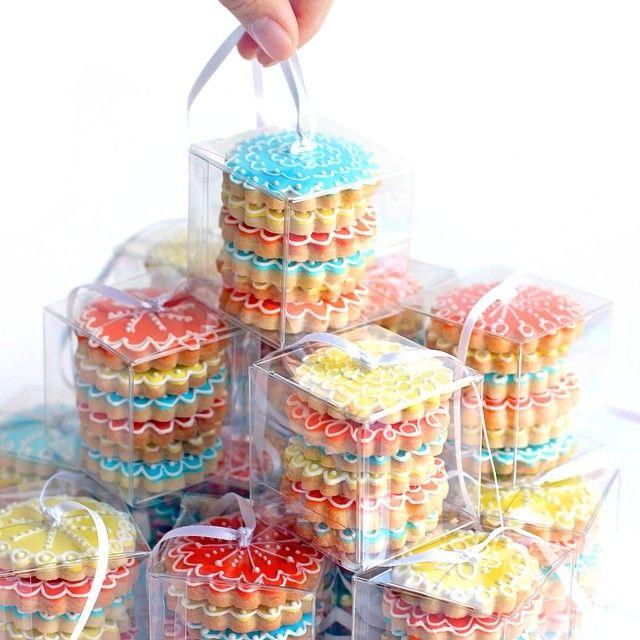 "109 Me gusta, 9 comentarios - Patti Paige (@bakedideas) en Instagram: ""#favors #decoratedcookies #color #partytime"""