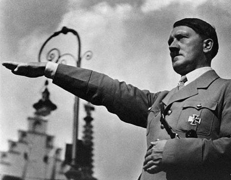 1933 En Alemania en el mes de enero Adolfo Hitler asume como Canciller un mes mas tarde comienzan a restringirse derechos civiles, y durante el mes de mayo las formaciones de elite de las SS y las juventudes hitlerianas organizan la quema y destrucción de libros considerados antialemanes. Los camisas pardas de las SA cuentan con 300.000 efectivos, un año mas tarde sumaran 3 millones; las persecuciones y vejaciones a judíos, comunistas y opositores comienzan a ser habituales.