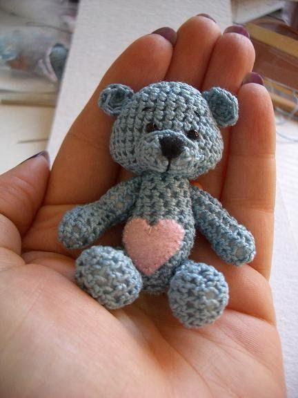 Je suis à fond dedans maintenant ... j'adore ça !   J'ai donc confectionné la semaine dernière ce nouveau petit ourson, en suivant le même t...