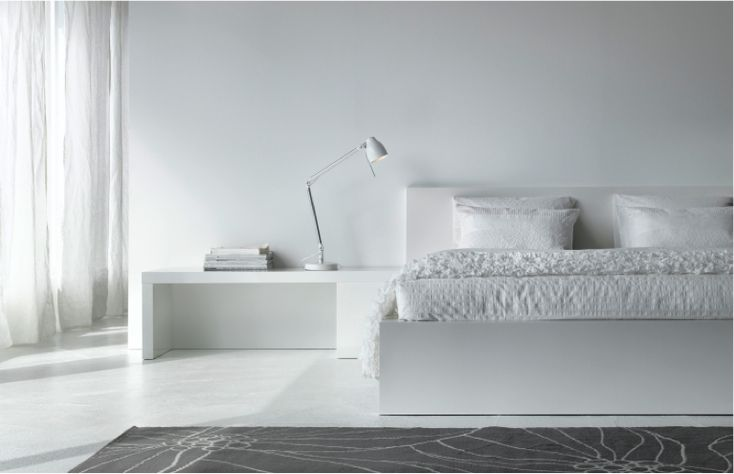 Une chambre à coucher entièrement blanche, paisible et inspirante, mettant en vedette la structure de lit MALM.