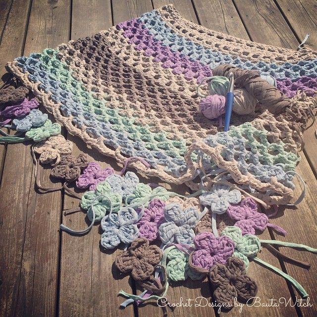 Min nya sommarponcho i Ribbon XL börjar se ut som jag såg den i mitt huvud! Bara nederkanten av blommor o en liten uddkant runt halsringningen kvar...!  #virkat #virkning #bautawitch #garn #ribbonxl #crochet #poncho