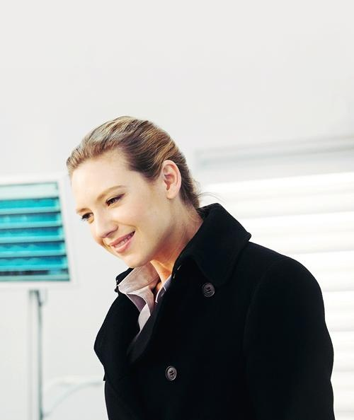Anna Torv as Olivia Dunham.