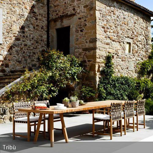 Die Tafel auf der großen Terasse lädt geradezu dazu ein, mit Familie und Freunden die sommerliche Stimmung zu genießen. Mit der mediterranen Steinfassade,…