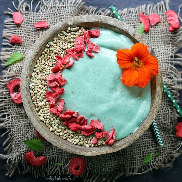 Minty spirulina smoothie bowl  Hello friends! Please bare with me as