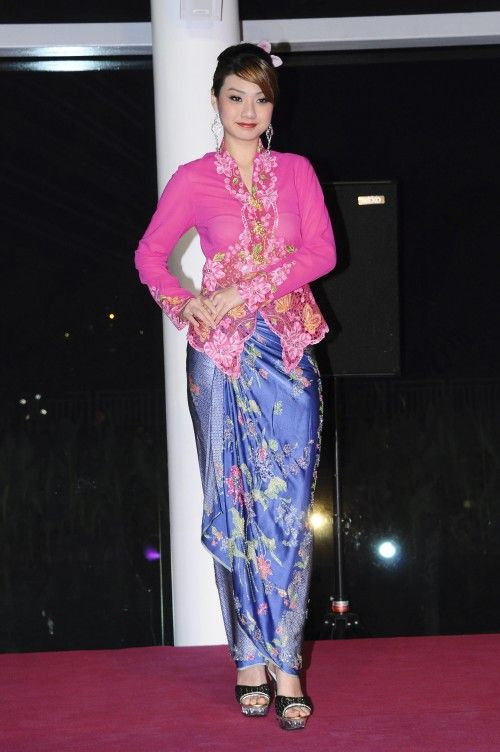 """Go for dramatic contrast colours for kebaya and sarong"""