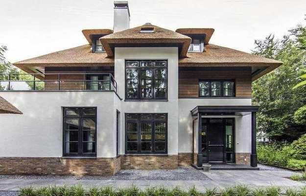 Традиционный голландский стиль, необычная соломенная крыша, уютная лаундж-зона и пышная природа вокруг – показываем современный небанальный загородный дом в Нидерландах
