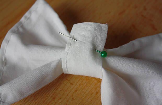 Envie d'accessoiriser ton chignon, ta queue de cheval ou n'importe quelle autre coupe de cheveux avec une barrette DIY ? Voici un tuto complet pour réaliser un gros noeud en tissu !