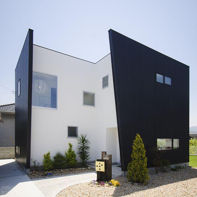 . 2017年いいね!が多かった 人気投稿をご紹介! . 「芝生屋さんのイロドリハウス」 変形の土地に建つ 鋭角な黒の壁が個性的なお家。 . 大きなはめ込み窓は、北欧照明が見えるように また、北側階段を明るくするために作りました。 . 見る角度によって 表情が変わる外観です。 . こちらのお家はホームページの施工事例で ご紹介しています。ぜひご覧ください^^ #外観#ファサード#個性的#外壁#黒#ガルバリウム#塗り壁#白#ツートンカラー#玄関タイル#fix窓#植栽#外構#庭#自分らしい暮らし #デザイナーズ住宅 #注文住宅新築 #設計士と直接話せる #設計士とつくる家 #コラボハウス #インテリア #愛媛 #香川 #新築 #注文住宅