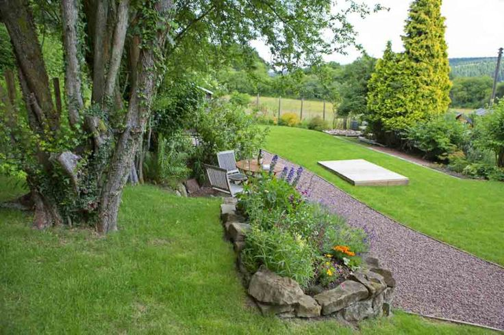 The Rosebank Holiday Cottage self catering holiday cottage in the Forest of Dean boasts a good sized garden with a grass lawn and colourful plants.