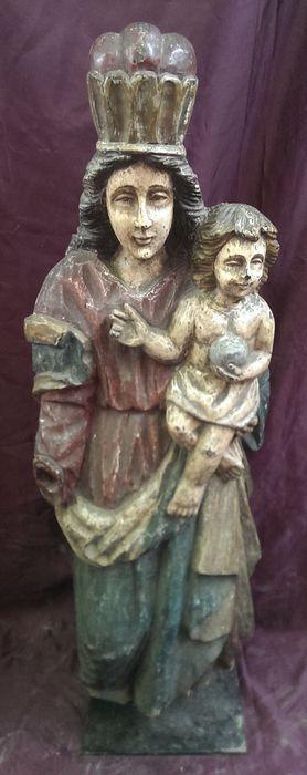 """""""Madonna met kind"""" houten sculptuur - Italië Zuid-Tirol - 18e eeuw  Prachtige houten standbeeld van de Heilige Maagd met kind hand gesneden uit een enkele boomstam.Het behoudt nog steeds deel uit van de oorspronkelijke polychromie. Een hand ontbreekt evenals een kleine delen van hout op de bodem. Het beeld werd geplaatst in een vitrine buitenshuis en het hout aan de onderkant was licht beschadigd.Het beeld dateert uit de 18e eeuw en komt uit een kleine kapel in het Italiaanse…"""