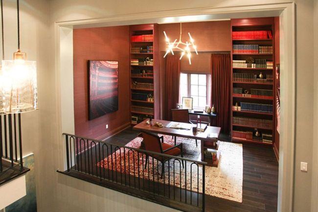 Stylowe wnętrze biblioteczki zlokalizowanej przy klatce schodowej i na nią się otwierającej - zainspiruj się! Klasyczne wnętrze i mnóstwo miejsca na książki - to jest to!