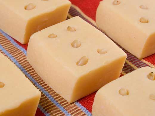 jamoncillo...– Jamoncillo. Surge en el estado de Nuevo León, Coahuila, Durango, Chihuahua, Sinaloa, Jalisco y Estado de México. Está hecho con leche y azúcar; incluso, en ocasiones, puede tener nuez picada o semillas de calabaza.