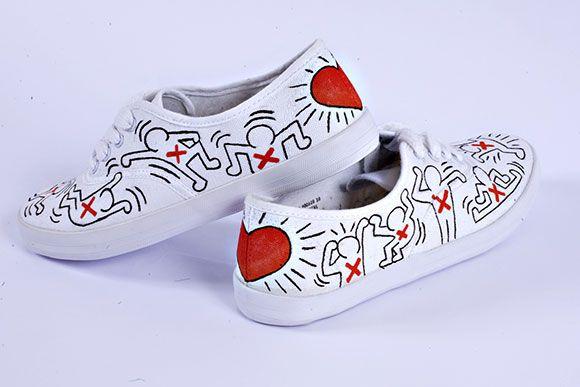 Scarpe da ginnastica bianche dipinte a mano con omini e cuore rosso. Handmade white shoes with red heart.