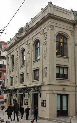 Kadıköy Bahariye Caddesi'nde bulunan Süreyya Operası. 1926 tarihli sanat eseri binanın cephesi birbirinden güzel ve estetik heykeller barındırıyor.
