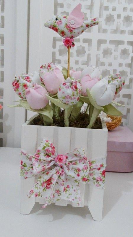 Vaso quadrado GG com tulipas e laço de tecido