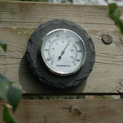 Geeft temperaturen tussen de -25°C en +55 °C aan. Met op achterzijde een metalen ophang oogje.