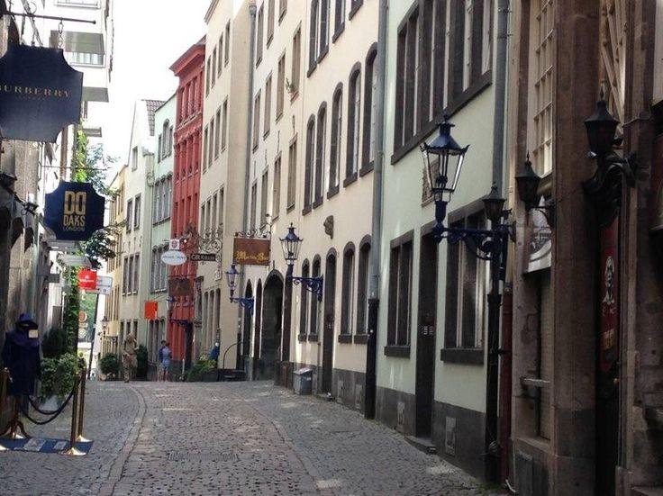 Ganze Unterkunft in Köln, Deutschland. Toll gelegen zwischen Dom und Rhein in einer romantischen Gasse in der Kölner Altstadt befindet sich unsere gemütliche Wohnung. Die Wohnküche und die Terrasse liegen nach Süden zum traditionsreichen Ostermannplatz, auf dem das ganze Jahr über der ...