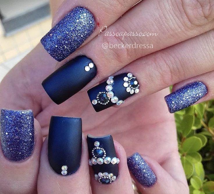 É adepta dos esmaltes azuis? Com certeza essa é uma boa escolha. Veja fotos e tutoriais de unhas azuis decoradas para inspirar e se apaixonar!