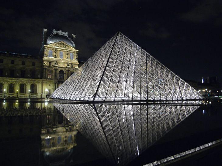 The Glass Pyramid in Paris: Architecture Glasses, Paris, Beautiful Lit, Louvre Galleries, Favorite Places, Beautiful Landscape, Before Dinners, Beautiful Places, Glasses Pyramid