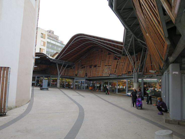 旧市街地にある市場。ガウディがポケットマネーで建てたサグラダファミリア付属小学校の屋根と同じような形状の屋根が特徴的。