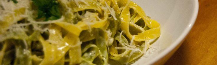 <p>Les tagliatelle paglia e fieno sont unmélange de tagliatelles nature aux œufs (les jaunes) et aux épinards (les vertes). Des tagliatelle à la fois colorées et pleines de saveurs.Pour préparer les vertes, on ajoute à la pâte des épinards frais, ce qui leur donne cette couleur typique du foin (fieno) …</p>