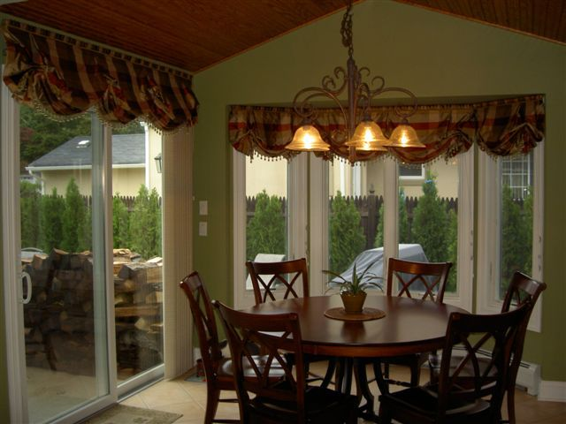 All Balloon shade styles can be made as stationary valances.Stationary Valances, Families Kitchens, Green Wall, The Red Ceilings, Traditional Families, Balloons Shades, Complementary Green, Shades Style, Drapery Ties