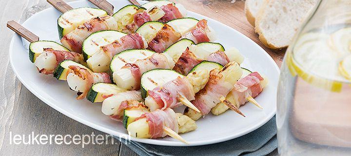 Spiesjes met asperges en spek  - Heerlijk combi voor op de bbq /  * 500 gr witte asperges * 125 gr ontbijtspek in lange plakken * 1 courgette * Olijfolie  * 1 theel tijm * Spiezen geweekt in water