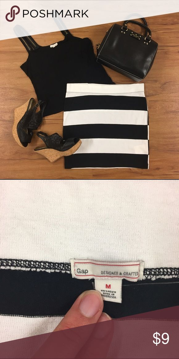 Gap White and Black Striped Body Con Skirt Size medium black and white gap body con skirt. Used in good condition, fits a bit larger like a medium/large. GAP Skirts Mini