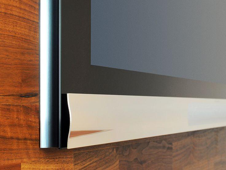 El altavoz central integrado se encuentra situado bajo la pantalla, y la rejilla, fabricada en aluminio anodizado, describe una onda e incluye 5.000 orificios cuyas posiciones componen una elegante forma elíptica