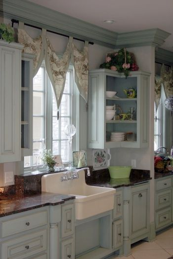 curtainsCottages Style, Cottages Kitchens, Cabinets Colors, Kitchens Ideas, Blue Kitchens, Corner Cabinets, Farms Sinks, Farmhouse Sinks, Windows Treatments