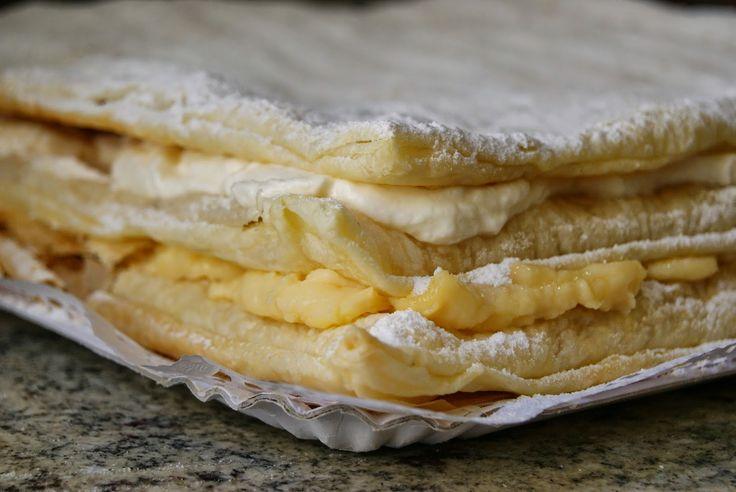 MILHOJAS DE CREMA Y NATA 3 láminas de masa de hojaldre azúcar glas para decorar Para la nata montada del relleno 400 ml de nata líquida para montar 4 cucharadas soperas de azúcar Para la crema pastelera 1/2 litro de leche 4 yemas de huevo 125 grs de azúcar 40grs de maizena 1 cucharada de postre de azúcar vainillado una pizca de canela molida