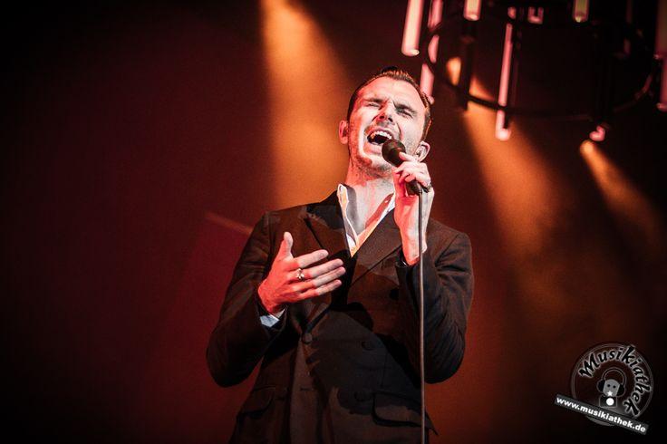 """Während ihrer aktuellen """"Desire - Tour"""" machte das Synthie-Pop Duo HURTS aus Manchester Halt im Palladium Köln. Theo Hutchcraft im schickem schwarzen Zweireiher-Anzug mit weißem Hemd, Adam  Anderson eher stylisch gekleidet mit weißen Tennissocken und Bomberjacke. Ihre Setliste reichte von bekannten Songs ihrer vorherigen Alben wie """"Wonderful life"""" oder """"Stay"""" bis hin zu ihren neuen Songs wie """"Hold on"""", """"Ready to go"""" oder """"Beautiful ones"""". Foto: Sarah Kaiser. Weitere Bilder auf der Website :)"""