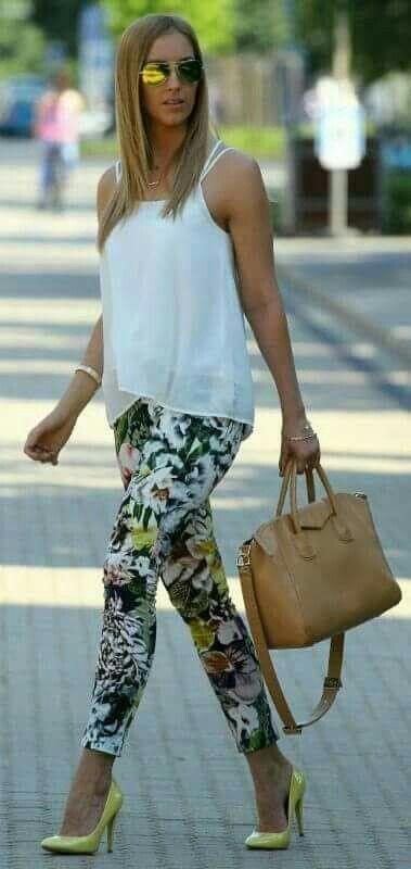 Para salir.  Pantalón floreado, blusa blanca corte halter y zapatilla amarilla