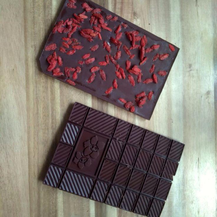 Приготовить плитку шоколада своими руками проще простого! Главное - найти качественное какао масло и само какао. А что положить в шоколад, это дело вкуса и настроения! Это может быть морская соль или ягодки годжи, перец или орешки... эксперементируйте! Приятного аппетита! Добро пожаловать на наш сайт www.intelligenthumanity.com