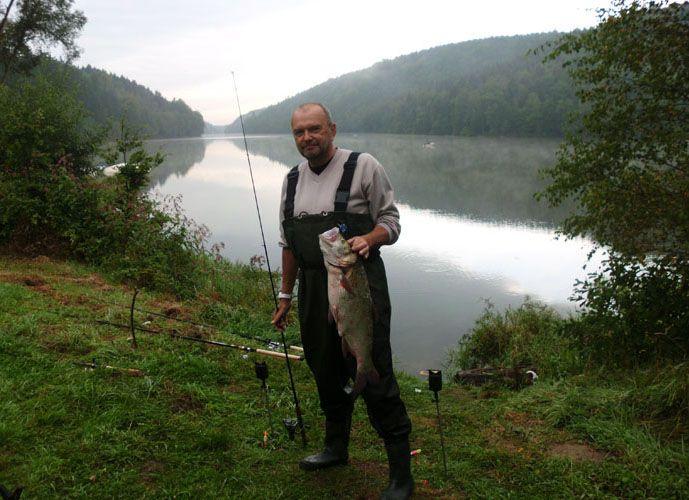 Genießen Sie Angeln Aktivität in Polen und machen Sie Ihre Feriensreise wunderbar an Złoty Potok Resort. Bei hier können Sie alle Arten von Fischen mit guten enviorement fangen.