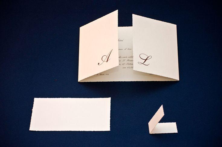 Cartoncino avorio da gr. 350 taglio dolce (iniziali in stampa o rilievo a secco su richiesta).