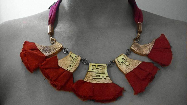 Colgante de cobre, calados de bronce y lino rojo..,