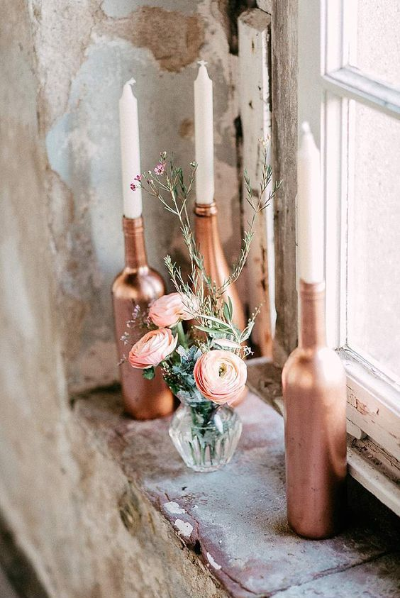 Copper bottles with candles | Credit: OctaviaplusKlaus/factsandfeelings/Goldregen florales Design
