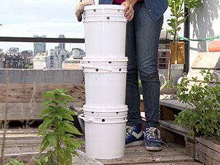 Compostera con baldes de pintura | Carolina Vázquez